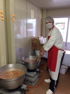 試食用じゃがいもキムチ鍋調理中のくま社長